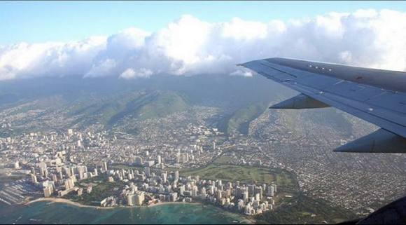honolulu Under the wing of the plane